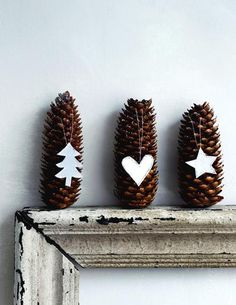 Christmas designs on pine cones - holiday mantle - decoration Decoration Christmas, Noel Christmas, Xmas Decorations, Winter Christmas, All Things Christmas, Christmas Ornaments, Simple Christmas, Pinecone Ornaments, Paper Ornaments