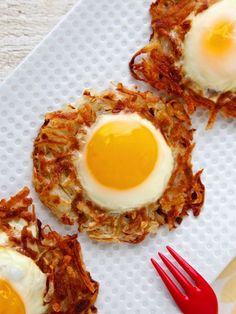 Crispy Potato nests with eggs on top | Sunny side up eggs, potato for breakfast, hash browns, brunch ideas #weelicious #breakfast