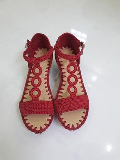 Ravelry: Ringstrap Huaraches pattern by Kari Marchant, beautiful croInspiration and tutorials how to make shoes in crochet yarn store - Crochet patterns freeSandalias 😱❣️👏❣️❣️ but how b Crochet Shoes Pattern, Shoe Pattern, Crochet Stitches Patterns, Crochet Designs, Make Your Own Shoes, How To Make Shoes, Crochet Sandals, Crochet Slippers, Crochet Towel Holders