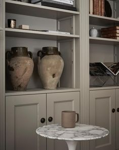 Details in this cosy library by . photo by styling Upstairs Bathrooms, Cabinet Makers, Built Ins, Decoration, My Dream Home, Bathroom Medicine Cabinet, Bookshelves, Cosy, Shelving