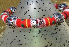 Algodón base color rojo,  abalorios zamak, cierre imán.