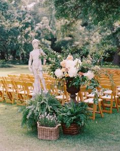 A small statue of Michelangelo's David on the grounds of the Drengaelen House was incorporated into the décor for the ceremony, with large floral arrangements set around it to the entrance of the aisle.