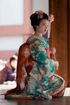 I know the Japanese love their modern wardrobes, but it's a shame kimono has become relegated to rare holidays (yes, I know jeans are more practical!) and geishas (who are also abandoning kimono). Few native garb has ever so beautiful. Furisode Kimono, Yukata, Japanese Beauty, Asian Beauty, Kimono Chino, Look Kimono, Kimono Style, Geisha Art, Kimono Japan