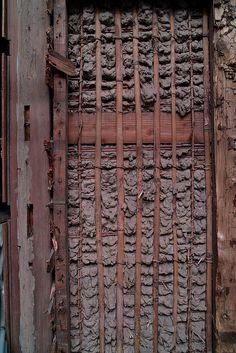 Das Innenleben einer Lehmwand in Tokio, Japan ... 「土壁」の裏側 #1 中目黒付近の山手通りは、いま道幅を拡張する工事が進んでいて道路にはみ出して建ってる部分が取り壊されたり。そんな中で「土壁」の裏側に出会ったの でぱちり。