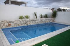 Vista de la piscina: de estilo moderno de Mohedano Estudio de Arquitectura S. Swiming Pool, Small Swimming Pools, Small Pools, Swimming Pools Backyard, Swimming Pool Designs, Pool Landscaping, Lap Pools, Indoor Pools, Pool Decks