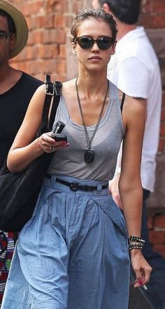 #jessicaalba #vaping on a stroll