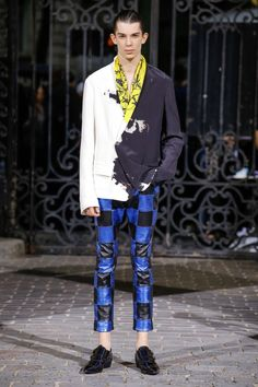 See all the Collection photos from Haider Ackermann Spring/Summer 2017 Menswear now on British Vogue Male Fashion Trends, Best Mens Fashion, Fashion 2017, Runway Fashion, Fashion Show, Fashion Outfits, Fashion Design, Paris Fashion, Fashion Spring