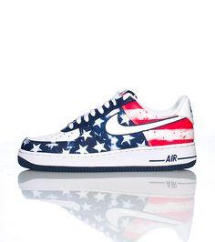 46ea12b4c63e7a NIKE Low top men s sneaker Stars and stripes print Lace closure Signature  NIKE swoosh on side