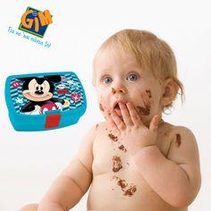 Ωχ έρχεται η μαμά!!! Θα με καταλάβει λέτε που έφαγα το γλυκό σοκολάτας πριν το φαγητό μου?  #Mickey Δοχείο φαγητού από τη GIM! http://goo.gl/yHxq18 #gimsa #gianasaipadain