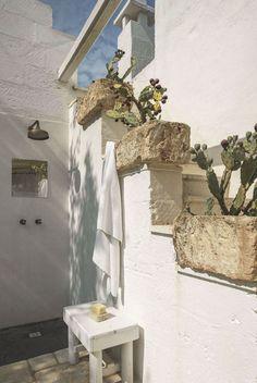 Une maison de vacances paisible en Italie  Planters down steps in place of railings...great idea.