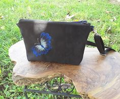 Pochette bandoulière double,deux pochettes bandoulière, sacs bandoulière, suédine noire et tissu façon jean bleu, pochette brodée papillons