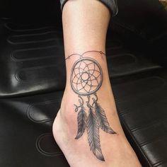 tatouage de pied de femme et capteur- de rêve