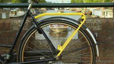 Yellow Backie zet ouderwetse bagagedragers in om Amsterdammers en toeristen bij elkaar te brengen. Elke Amsterdammer kan bij het fietstourbedrijf Yellow Bike gratis een gele bagagedrager op zijn of haar fiets laten monteren. Daarmee nodigen ze anderen uit om achterop te springen en een stukje mee te rijden door hun stad. | https://www.dutchdesignawards.nl/nl/gallery/service-systems/yellow-backie/