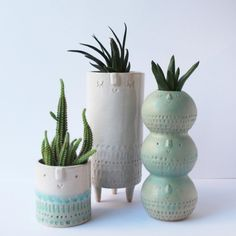 Inspired by potters from the and Atelier Stella creates adorable clay characters in soft colors and rustic patterns. Ceramic Pots, Ceramic Flowers, Ceramic Clay, Ceramic Painting, Ceramic Pottery, House Plants Decor, Plant Decor, Hand Painted Mugs, Hand Built Pottery