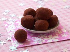 04 - NAVIDAD, TRUFAS DE CHOCOLATE - Ingredientes:  1 tableta de chocolate de cobertura, 150 ml de nata para cocinar, 20 gr. de mantequilla, cacao en polvo