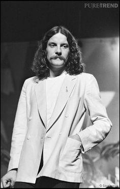 A ses débuts, Francis Cabrel avait un petit look hippie.