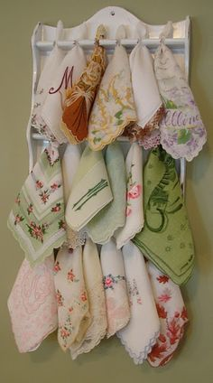 What a great idea for all those old spoon racks you see everywhere. Vintge hankies displayed in a spoon rack