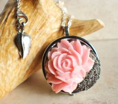 OMG!!!! totally comes in a tune of la vie en rose <3 <3 <3 YES!!!! I NEED this.   !  Pink rose music box locket in silvertone.