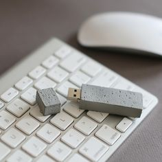 Now this is a USB stick for builders - very cool! Wood Concrete, Concrete Furniture, Kid Furniture, Plywood Furniture, Modern Furniture, Furniture Design, Cement Design, Beton Design, Concrete Crafts