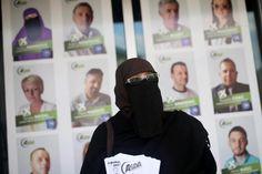 Indira Sinanovic, Bosnian ensimmäinen niqabia käyttävä paikallisvaaliehdokas, jakoi vaalimainoksia Zavidovićissa Bosniassa ja Herzegovinassa tiistaina. DADO RUVIC / REUTERS
