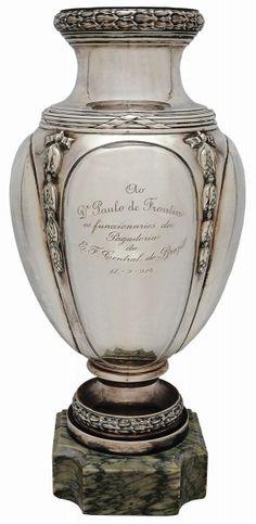 Belíssim Vaso de Prata Francesa, contraste cabeça de Mercúrio. Alt. 50 cm.  #Leilão Roberto Haddad hoje, 07/05/15, a partir das 19:30.  Participe ao vivo!!