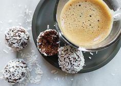 Chokladbollar cirka 25 små  3 dl havregryn 3-4 msk rå eller vanlig kakao 0,75 dl havremjölk 12-14 färska urkärnade dadlar 1 msk kallpressad kokosolja 2 msk starkt kaffe en nypa flingsalt efter smak