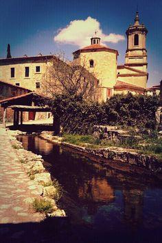 """Santo Domingo de Silos es una localidad y un municipio2 situados en la provincia de Burgos, comunidad autónoma de Castilla y León (España), Turísticamente, forma con las vecinas localidades de Lerma y Covarrubias el llamado """"Triángulo del Arlanza"""". Además, forma parte del denominado Camino del Cid"""