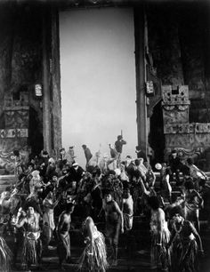 On the set of King Kong, directed by Merian C. Cooper and Ernest B. King Kong Picture, King Kong 1933, King Kong Vs Godzilla, Fay Wray, Merian, Adventure Film, Sci Fi Horror, Fantasy Monster, Fantasy Movies