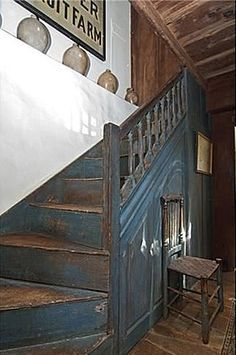 ,love primitive, but those stairs look dirty, nasty to me. I would need to paint a bit more on those for my primitive home. Love the look though! Country Blue, Country Decor, Primitive Homes, Painted Stairs, Prim Decor, Stairway To Heaven, Interior Architecture, Staircase Architecture, Attic Staircase
