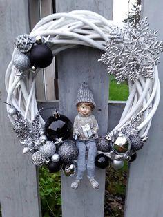 Kúpili len holý kruh z prútia za pár drobných: Keď uvidíte tie úžasné nápady, na prečačkané vence v obchode už ani nepozrite! Snowflake Wreath, Diy Wreath, White Wreath, Christmas Door, Christmas Holidays, Christmas Ornaments, Christmas Centerpieces, Xmas Decorations, Illustration Noel