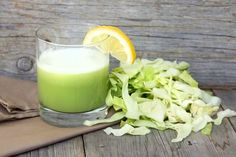 juice is also considered as one of the best home remedies for Cabbage juice contains natural anti-inflammatory qualities that help remove various types of problems including heartburn. Cabbage Juice For Ulcers, Raw Cabbage, Cabbage Health Benefits, Fresh Juice Recipes, Sumo Natural, Peptic Ulcer, Juicing For Health, Gut Health, Health Foods