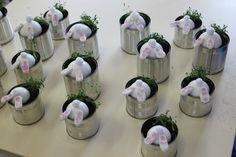 Une boite de conserve de récup, une demi boule de polystirène, un pompon collé sur un cure dent et de la pâte light qui sèche à l'air avec des points d'acrylique fait au coton tige. Pour la plantation : du cresson.