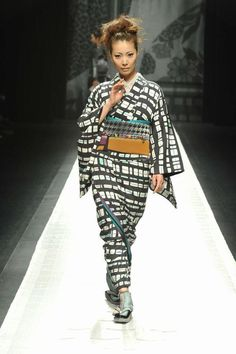 MERCEDES-BENZ FASHION WEEK TOKYO AW 2013:  http://www.fashionstudiomagazine.com/2013/03/mercedes-benz-fashion-week-tokyo-aw-2013_19.html