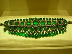 Emerald and diamond choker. this is Nizaam jewellery (In Queen Elizabeth's Collection).
