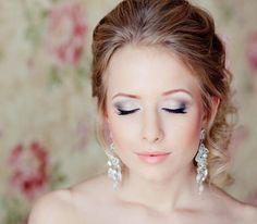 maquillage mariée avec fard blanc satiné et gris, eye liner et mascara