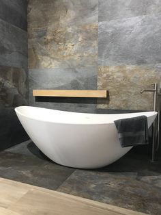Natuursteenlook / leisteenlook tegels in combinatie met jee O RIO vrijstaand bad mat wit Bathroom Spa, Bathroom Toilets, Modern Bathroom, Small Bathroom, Master Bathroom, Bathroom Design Inspiration, Bathroom Interior Design, Interior Design Living Room, Barn Renovation