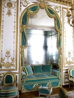 SALON DORÈ used to be the Salon of Marie Lezinska, and it was entirely re-decorated for Marie Antoinette in 1783. This room was used by the Queen for her harp lessons. It's also here that she used to pose for the portraits done by Louise Élisabeth Vigée Le Brun