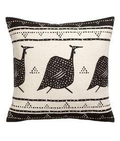 Naturvit/Stora fåglar. Ett kuddfodral i bomullstwill med tryckt mönster. Dold dragkedja.
