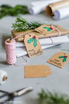 DIY: Weihnachtliche Geschenkanhänger mit Papier und Handlettering | Alles und Anderes Christmas Wrapping, Christmas Presents, Paper Gifts, Wonderful Time, Handicraft, Gift Wrapping, Doodles, Place Card Holders, Party