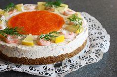Hej mina fina matvänner! I morgon är det påskafton och påskmaten är på G. Alltid kring påsk, midsommar och även vid julen så gör jag min specialare: räk- och rödlökscheesecakemed...