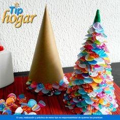 Crea pequeños árboles de Navidad con círculos de papel de colores. Empieza a planear cómo decorarás tu casa en esta Navidad, por ello, qué te parecen estos árboles de navidad hechos con papel lustre de colores.