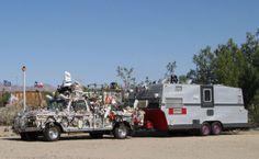 Jadis un camp de Marines, Slab City (Californie) est maintenant la maison de milliers de campeurs et de propriétaires de véhicules de loisirs. Il n'y a ni gouvernement, ni électricité, ni eau courante
