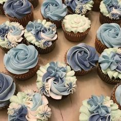 Dreamy Blue and White Floral Cupcakes @milkandwaterbakingco Swirl Cupcakes, Flower Cupcakes, White Cupcakes, Blue Frosting, Cupcake Frosting, Cupcake Cookies, Cupcakes Decoration Awesome, Dessert Decoration, Graduation Cupcakes