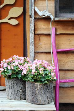 Love the color purple here for a wooden ladder color.