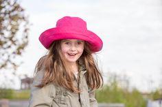 Pălăria clasică perfectă: cu boruri late și răcoroase. O pălărie perfectă de plajă pentru  bebeluși,copii și femei. Borurile rotunde se pot plia în funcție de preferințe. Pălărie din materiale exclusiv organice. 100 % bumbac organic din culturi controlate biologic kbA. Bumbacul este lipsit de aditivi chimici.   Este o super pălărie de soare cu protecție UV pentru cei mici. Mărimi pălărie de la 50(copii) până la 56( femei).   Produsele Pickapooh sunt fabricate în Germania Hats, Model, Fashion, Tricot, Moda, Hat, Fashion Styles, Scale Model