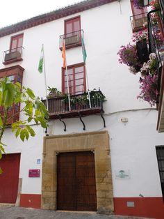 Vélez. Casa de Cervantes.Según la tradición, en ella se hospedó Cervantes cuando estuvo en Vélez-Málaga en 1594 cuando fué recaudador para la Gran Armada, conocida posteriormente como la Armada Invencible. Cervantes mencionó a Vélez en el Quijote y en los trabajos de Persiles y Sigismunda.