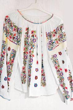 IE. Folk Fashion, Womens Fashion, Popular Costumes, Ethno Style, Fur Clothing, Ethnic Design, Gorgeous Fabrics, Hippie Outfits, Folk Costume