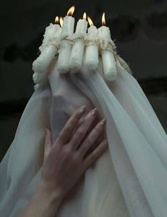 Мир полон слухов. Ты королева духов. Ты почитаешь мертвых, — Более нежели живых. Ты не любишь людей, — Предпочитая иных. Ты узнала всю цену — Предательства. Не вини себя – Это обстоятельство. Это...