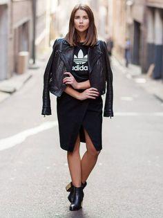Jaqueta de couro, busa, t-shirt gráfica de logo Adidas, saia lápis com fenda frontal, botinha, ankle boot preta