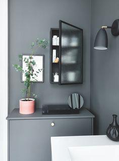Du kender det sikkert! Vasketøjet hober sig op, og den rodede bunke i hjørnet bliver større og større. Se hvordan, vores stylist Julie Løwenstein har løst det evige problem og skabt masser af opbevaringsplads i en families lille badeværelse.